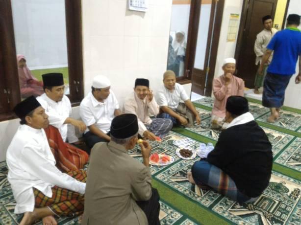 Ngobrol santai sehabis tarawih. Source : Dokumentasi pribadi